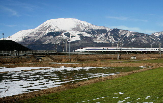 Mount_Ibuki_and_N700_Series_Shinkansen.jpg